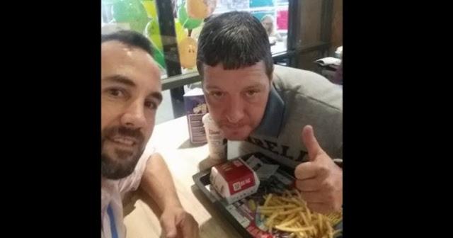 Hombre invita a un hombre sin hogar a comer; y el indigente le cuenta su increíble historia