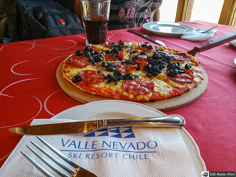 Comendo pizza no restaurante do Valle Nevado no verão