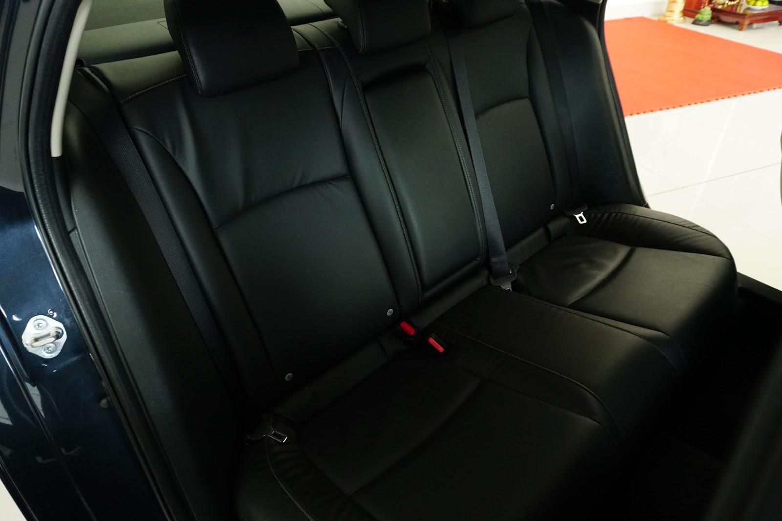 Hàng ghế thứ hai rộng rãi không thua gì các dòng xe cao cấp hơn