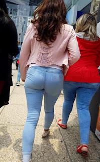 Guapa mujer trasero redondo calle