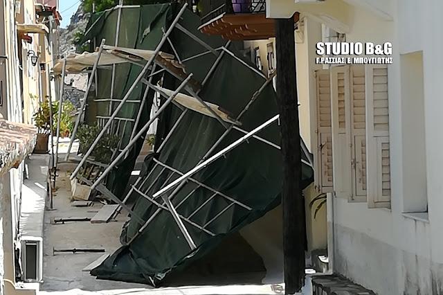 Πτώση σκαλωσιάς στο Ναύπλιο από τον δυνατό αέρα