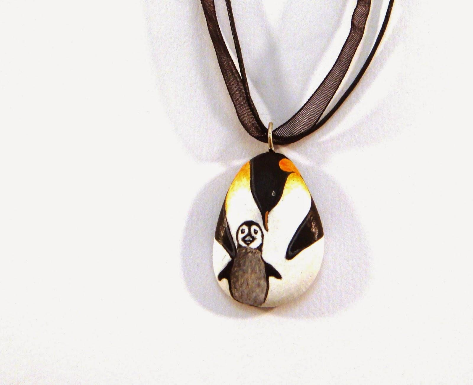 03d410328c Altri pinguini...questa volta in versione sassi dipinti, e piu'  precisamente un ciondolo di sasso e un braccialetto raffiguranti un pinguino  imperatore con ...