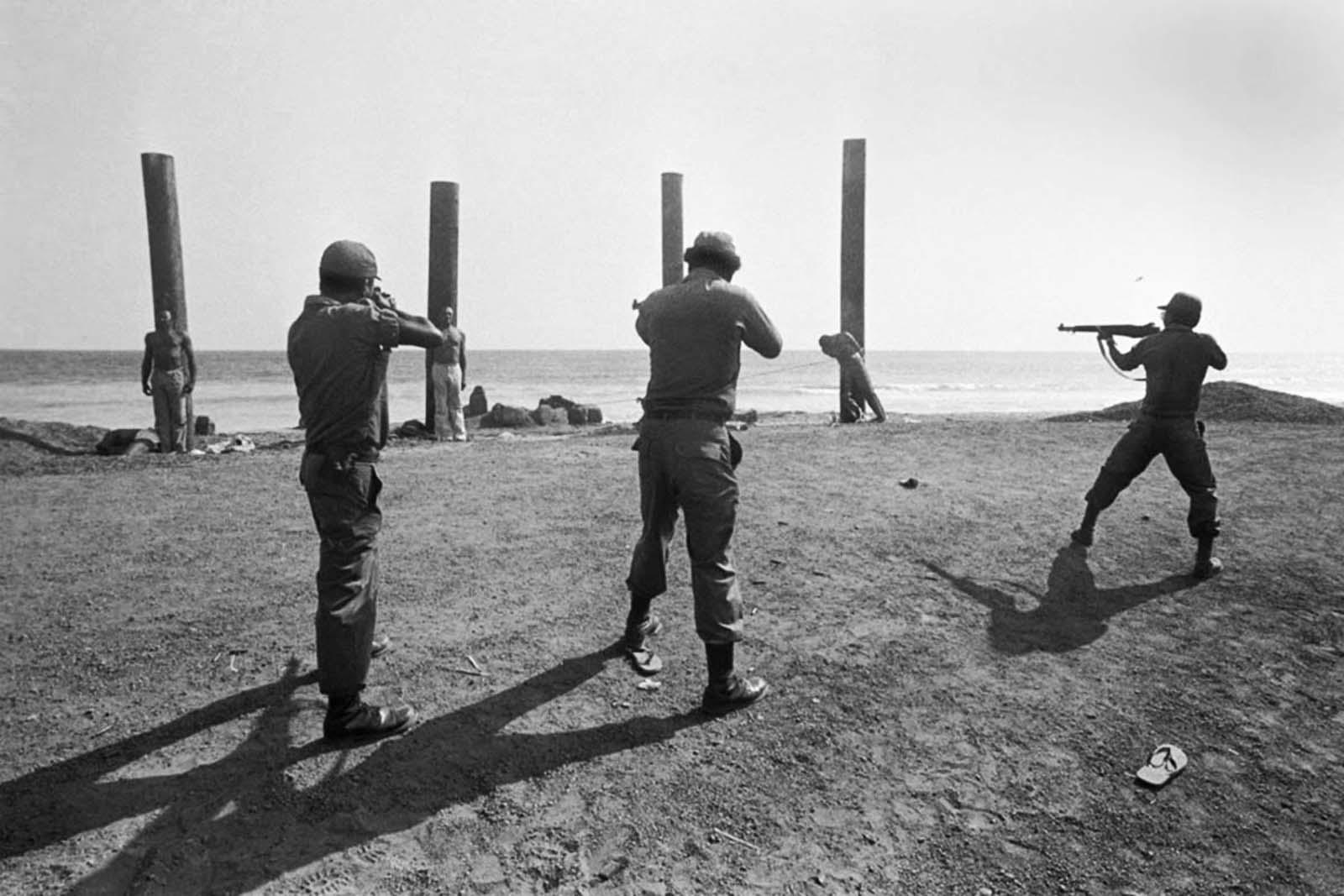 Un escuadrón de ejecución de Liberia dispara una andanada de disparos, matando a los ministros del gabinete de Liberia.