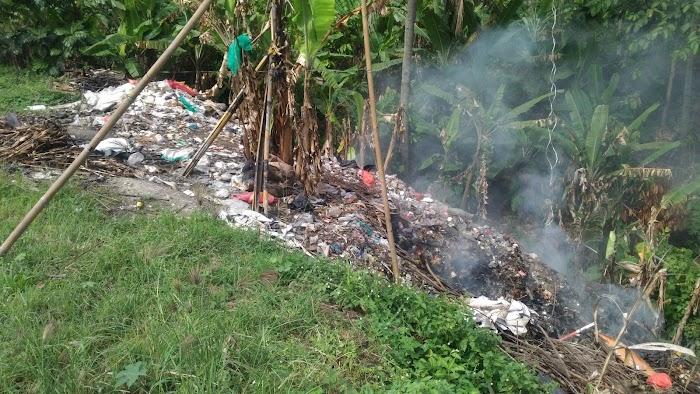 Sampah Yang Berasal Dari Pelabuhan ASDP Cabang Bakauheni Di Buang Di Pinggir Jalan