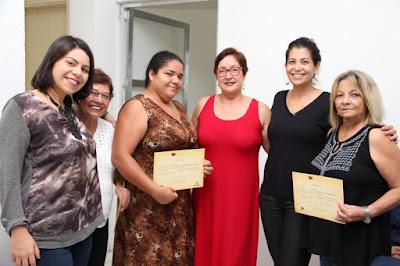 Primeira-dama de Juquiá Laumar Soares,entrega certificados em formatura do curso Escola da Moda