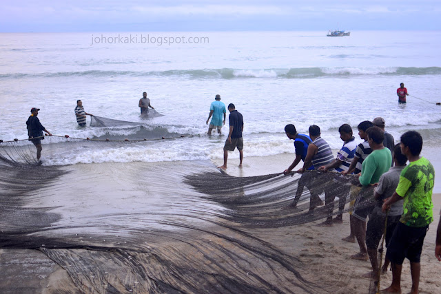Goa-Beach-India-Watching-Goan-Fishermen