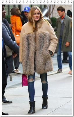 オリヴィア・パレルモ(Olivia Palermo)は、マックスマーラ(Max Mara)ファーコート、ブラックオーキッド(Black Orchid)のスキニージーンズ、アナリナ(Analeena)のハンドバッグ、イザベルマラン(Isabel Marant)のアンクルレザーブーツを着用。