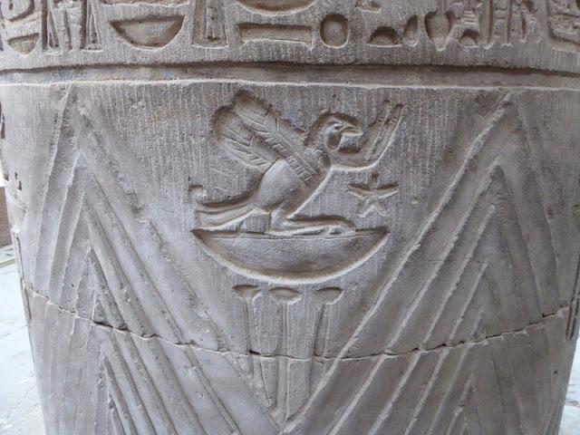 colonna con disegni di animali nel tempio di kom ombo