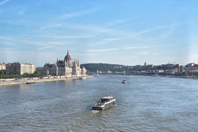 Vue panoramique sur le Danube, le parlement et le palais royal de Budapest
