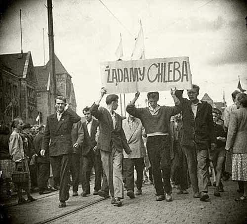 Foto scattata a Poznan nel 1956, durante le proteste: operai in corteo.