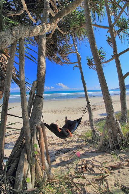 Nikmatnya hammock-an di pantai Buraen