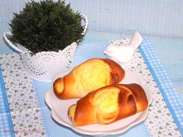 Drożdżowe bułeczki z serem.