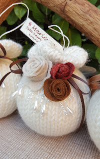 pallina natale ai ferri fiori pannolenci