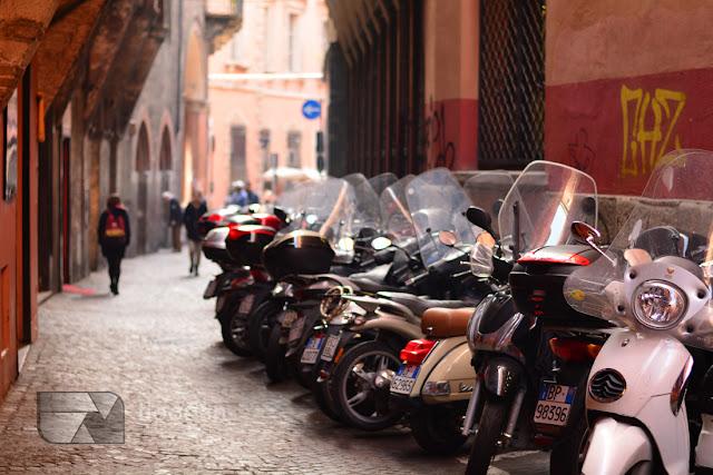 Skutery na ulicach Bolonii