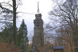 Der Bismarckturm mit seiner Antenne steht zwischen Bäumen