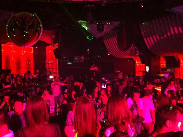 Mucha gente thai en la disco