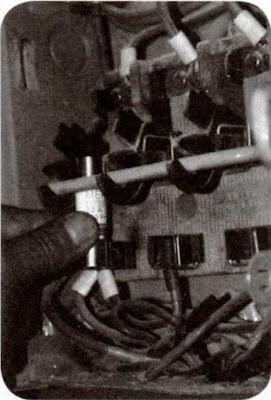 Instalaciones eléctricas residenciales - Insertando fusible en mordaza