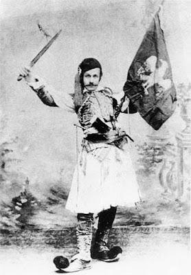 φωτογραφία του Θεόφιλου (Κεφαλά) Χατζημιχαήλ με φουστανέλα τέλη 19ου αι. Συλλογή Μουσείου Θεόφιλου.
