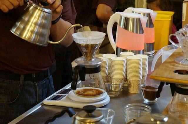Barista explicando como fazer café no Museu do Café - Santos. Foto: Carina Pedro
