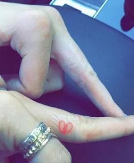 kendall tattos en dedos de las manos