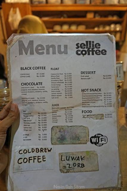 Daftar harga dan menu di kedai Sellie Coffee