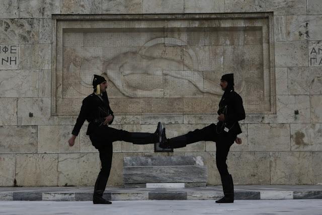 Συγκίνηση στο Σύνταγμα από την επιβλητική αλλαγή φρουράς με Πόντιους Εύζωνες