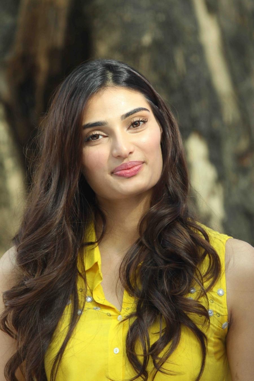 Rani Mukherjee Hd Wallpaper Athiya Shetty Looks Hot In Yellow Dress At Nishka Lulla S