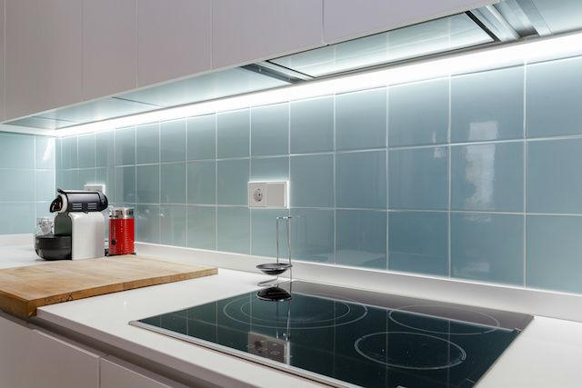 cocina blanca con azulejo azul