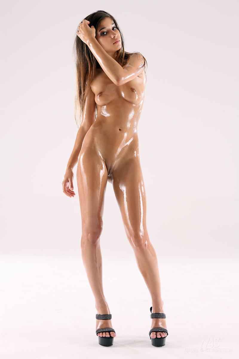 В масле голая фото, девушки трахаются в киску фото