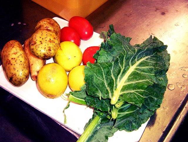 Combinação de batata com casca, tomate e couve crus, suco de limão, lentilha e amendoim germinados. Foto: Carolina Bonfanti Fiori