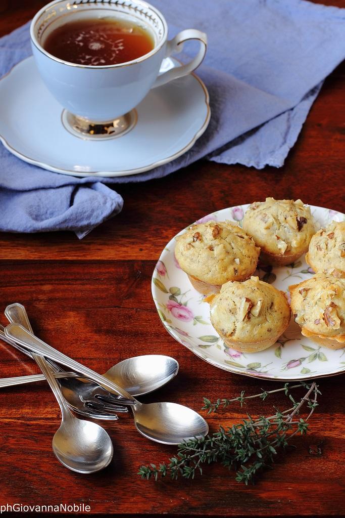 Mini muffin ai multicereali con robiola di capra, noci e timo