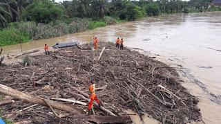 Sampah Kayu Menumpuk di Bawah Jembatan Titi Kuning Rantau Aceh Tamiang