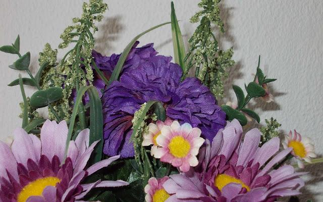 Foto met kunstbloemen van stof en plastic