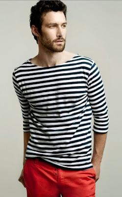 bluzka w paski, granat z czerwienią, marynarski styl, marynarskie paski, męski styl, porady stylisty, trendy, lato, stylizacje, stylizacje męskie