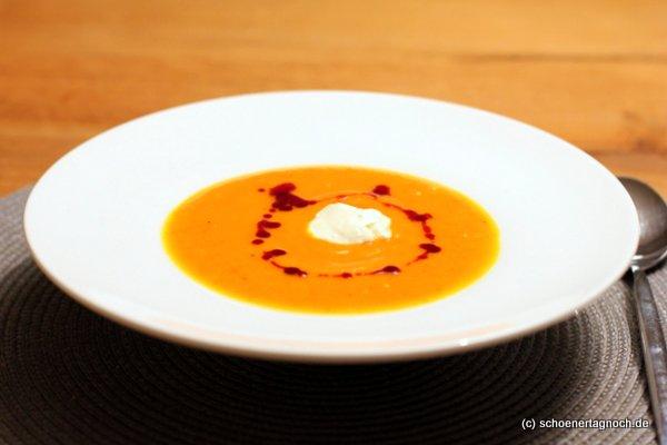 Kürbis-Apfel-Suppe mit Schmand und Kürbiskernöl