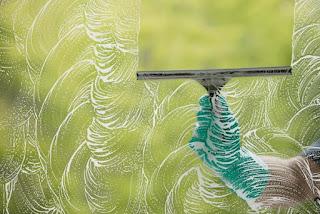تنظيف النوافذ بطريقة سهلة وسريعة