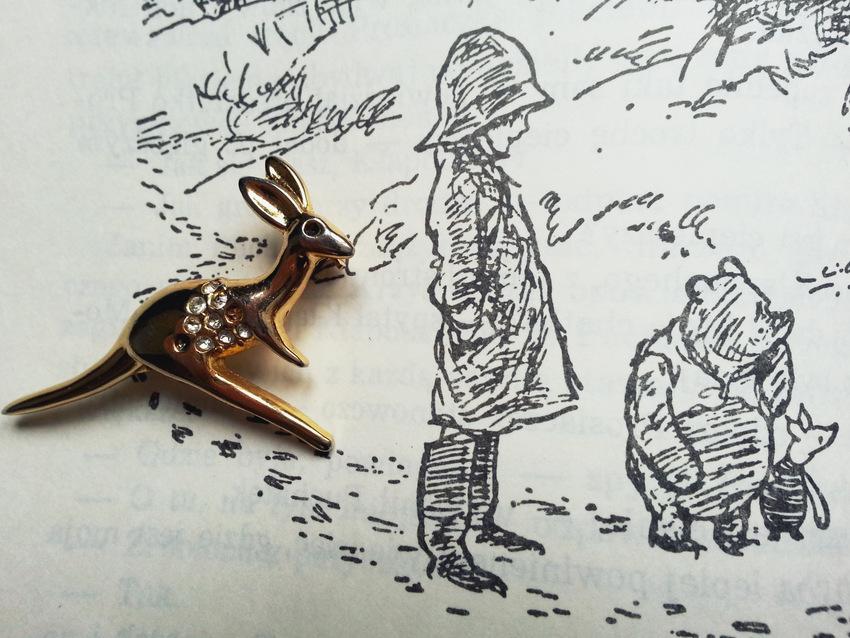 "Kangur-broszka z Australii na tle ilustracji Ernesta Sheparda z książki A.A. Milne'a ""Chatka Puchatka"""