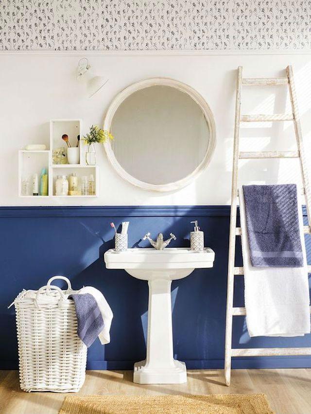 10 ideas para renovar el baño por menos de 100€. Baño antiguo renovado con pintura para azulejos, friso de pvc y papel pintado
