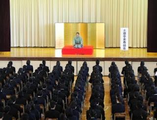 学校で開催された三遊亭楽春の落語会(伝統芸能、芸術鑑賞会)の風景です。