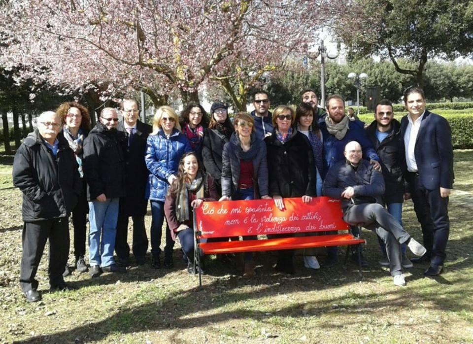 Violenza sulle donne: panchine rosse nel parco e targa per artemisia