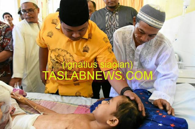 Walikota Tanjungbalai H M Syahrial saat menjenguk Piki Ananda di RSUD Dr Tengku Mansyur, Tanjungbalai, Jumat (24/8)