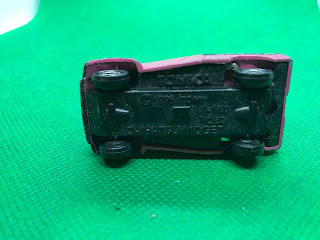 ダイハツ ミゼット のおんぼろミニカーを底面から撮影