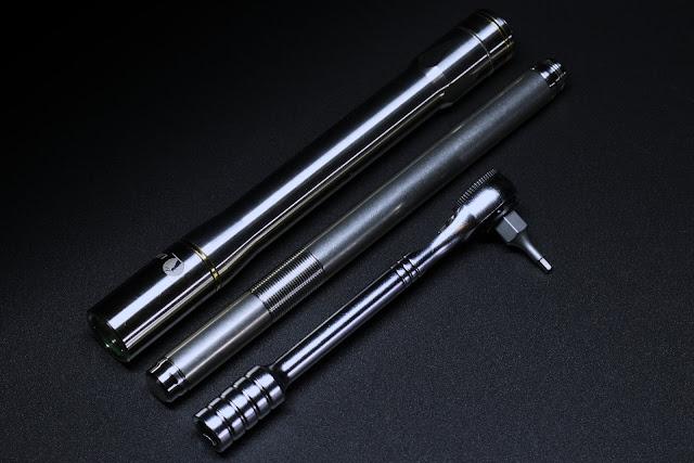 Od lewej: Lumintop IYP365, długopis The Right Choice Painting Company Titanium Pen oraz grzechotka Topeak z zestawu Rocket Lite DX