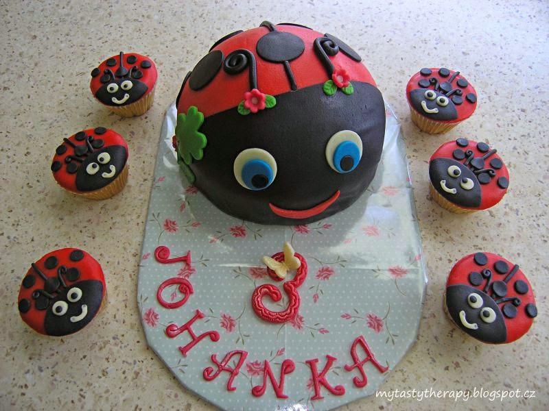 potahovnaný dort ve tvaru berušky a cupcakes berušky