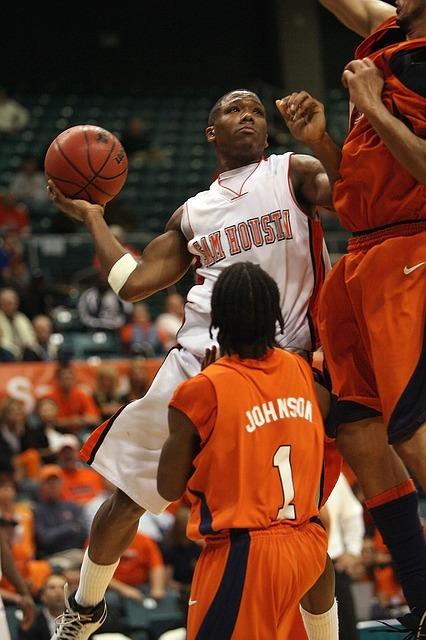 El salto vertical es muy importante en el basquetbol, puedes ayudarte a tomar mejores decisiones en el aire.