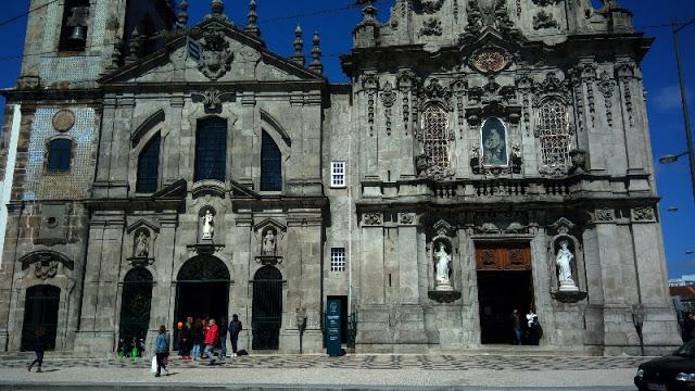 Fachada da Igreja do Carmo com a porta da Casa Escondida
