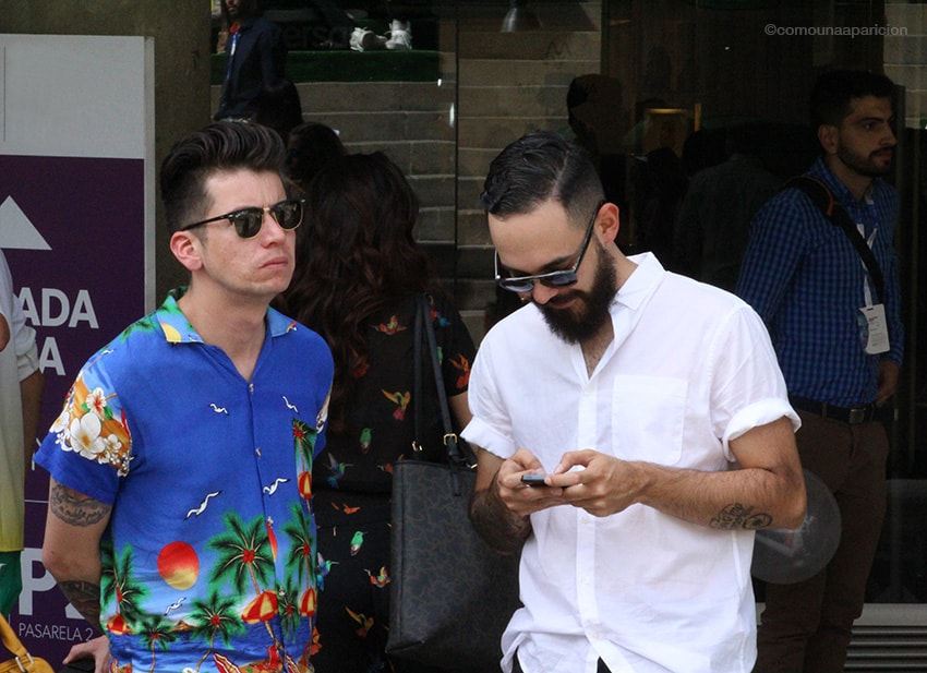 como-una-aparición-street-style-men-style-moda-en-la-calle-moda-masculina-hair-style-accesories-sunglasses-hawian-shirts-beards-white-shirts-colombiamoda-2016-color-retro-colombian-bloggers-fashion-week