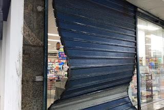 Grupo de assaltantes invade farmácia e revira prateleiras na Paraíba