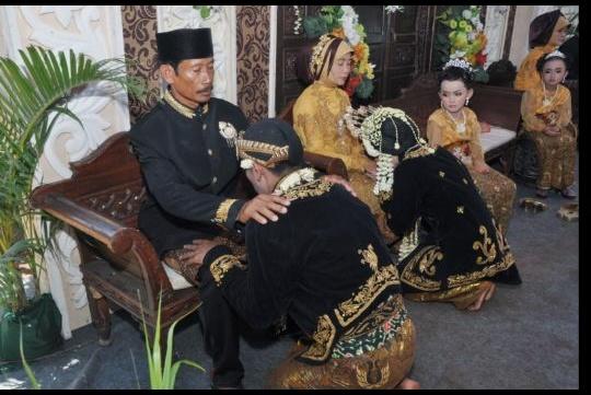 Upacara Sungkeman dalam Pernikahan Adat Jawa Kenapa Keris Dan Alas Kaki Harus Dilepas, Ini Falsafatnya