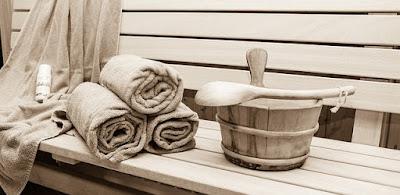 Banc de sauna avec des serviettes éponges